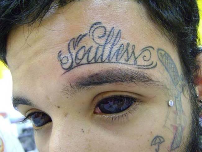mit diesen Augen glaubt man ihm sein Tattoo sogar...